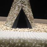 Olvido, 1987-1989. Legno, 70mila candele, carbone, paraffina, 3 tonnellate di ossa di bue, tepee indiano realizzato con 6mila banocnote, casse, lampada. Per evocare la storia coloniale dell'America Latina.