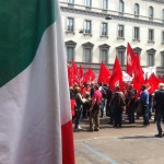 Tra bandiere rosse