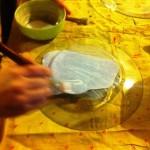 Spennellate il retro del piatto con il vostro ritratto, avendo cura che non creino bolle d'aria.
