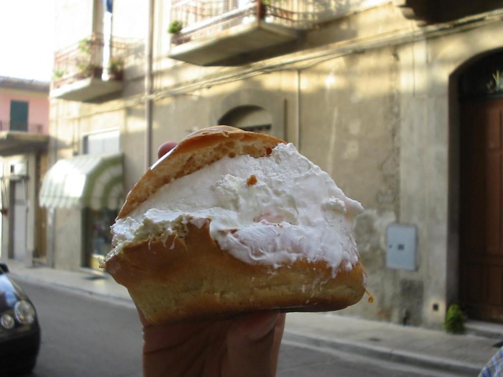 Brioche siciliana con gelato e panna