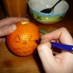 Procedete allo stesso modo con un'altra arancia, ma disegnate occhi e bocca monodentata.