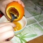 Svuotare della sua polpa l'arancia.