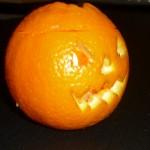 Intagliate un'altra arancia zigzagando un sorriso malefico.