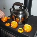 Mettete le tre lanterne di Halloween sulla stufa, davanti a una teiera...