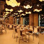 50 lampade in vetroresina coperta da foglia d'oro sospese all'interno del locale, creazioni uniche ad opera dell'architetto Simone Nisi Magnoni.