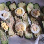 Prima le zucchine, poi le uova e infine spolverare il pan grattato integrale